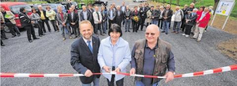 Der Platz ist in Betrieb: v.l.: BM Thomas Ahls, Ortsvorsteherin Karin von der Horst und Platzwart Wolfgang Kottwitz. Foto: Markus Joosten